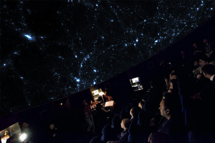 зрители в планетарии