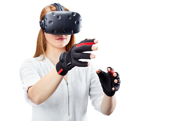 Человек в перчатках виртуальной реальности