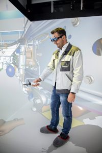 мужчина в комнате виртуальной реальности